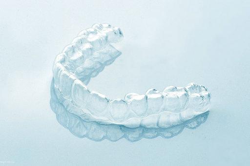 一般是怎么做的?可能很多患者都会觉得隐形的牙套可能要比金属托槽牙套、陶瓷托槽、自锁托槽等要简单一些,但是实际上隐形矫正的过程并不简单。今天一起来了解隐形矫正的步骤。  隐形矫正的8个步骤 1、检查:一般需要先拍摄X光片进行必要的牙齿检查,包括押题牙髓检查和牙周检查等,如果发现有口腔疾病,需要及时治疗,确保正畸过程有条不紊的进行。 2、取模型:在对牙齿排列和笑容情况检查评估后,需要先取牙齿石膏模型,而且从不同的角度拍摄牙齿和笑容的照片。 3、根据石膏模型,在计算机辅助软件和的帮助下,建立牙齿3D模型。 4、