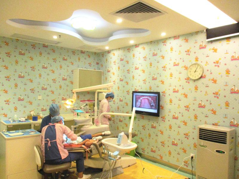 爱康健儿牙医生为孩子治疗