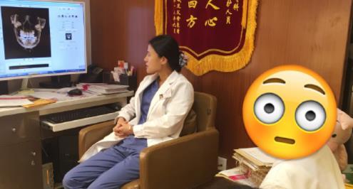 正畸医生为正颌患者家长分析牙齿情况
