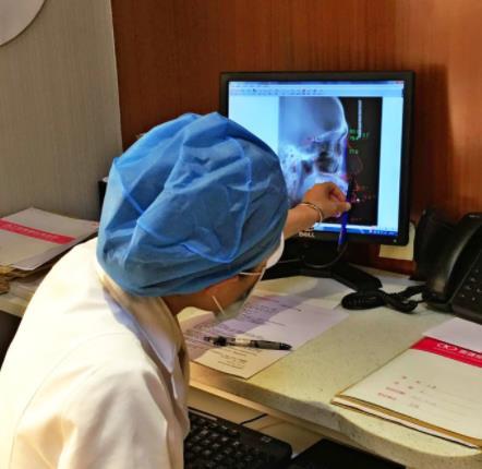 医生评估龅牙情况