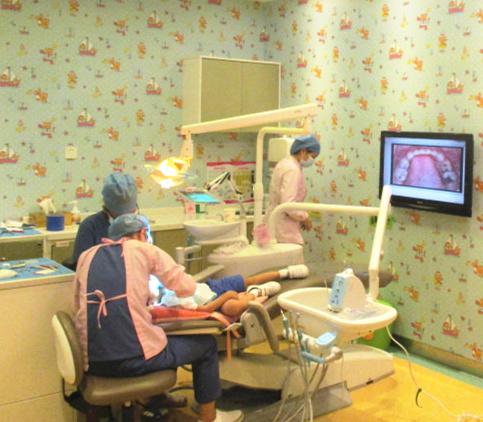 儿牙医生诊疗中